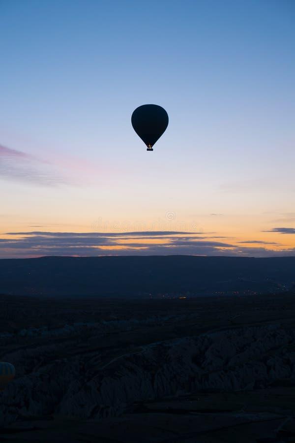 Ένα μπαλόνι που επιπλέει σε Cappadocia, Τουρκία στοκ εικόνες