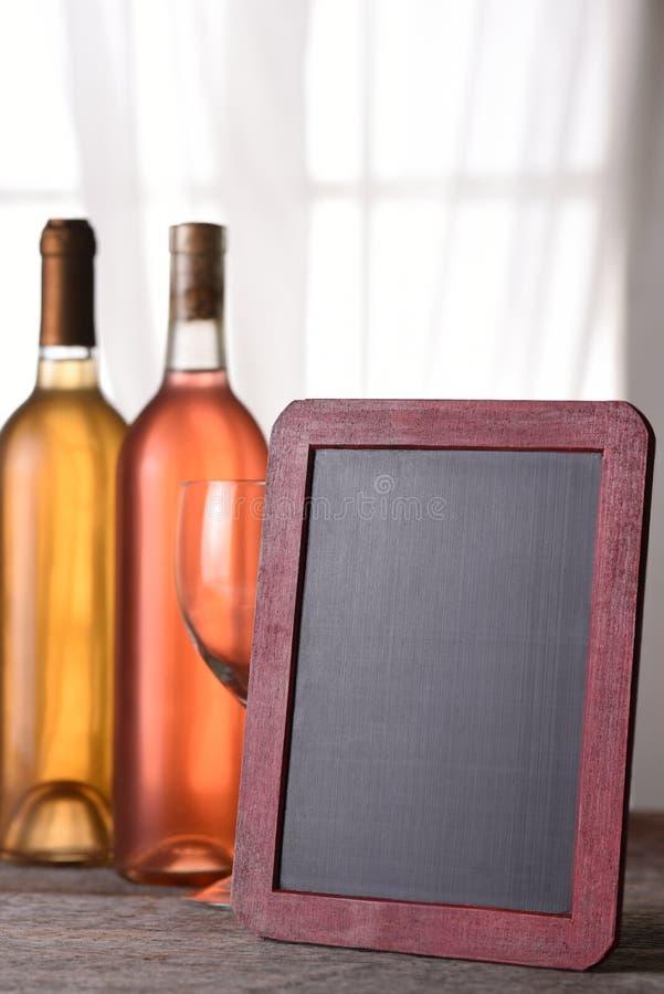 Ένα μπουκάλι κοκκινίζουν και chardonnay το κρασί στοκ φωτογραφία με δικαίωμα ελεύθερης χρήσης