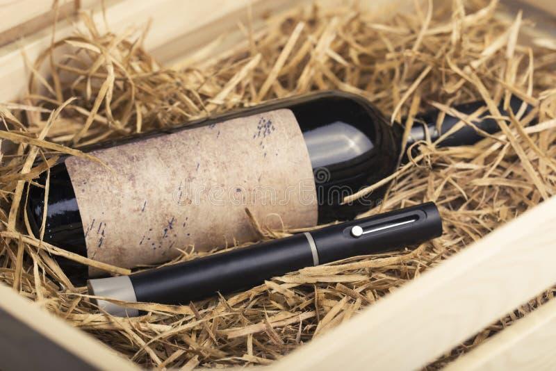 Ένα μπουκάλι του κρασιού και ένα ανοιχτήρι είναι στο συρτάρι στοκ εικόνα