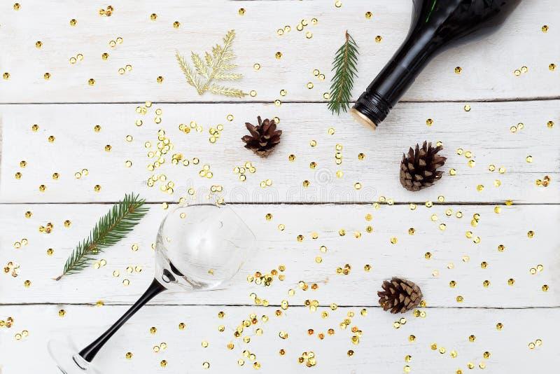 Ένα μπουκάλι του κρασιού και ένα γυαλί σε έναν ξύλινο πίνακα με τα σπινθηρίσματα Εκτάριο στοκ εικόνες