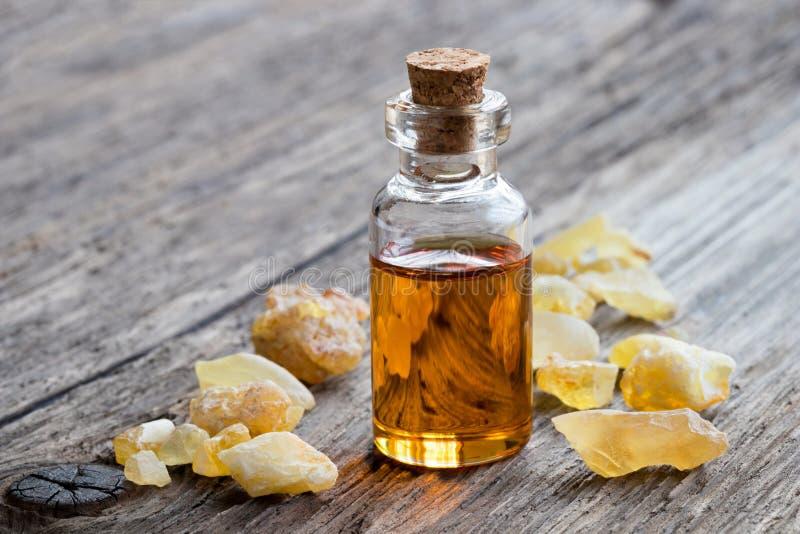Ένα μπουκάλι frankincense του ουσιαστικού πετρελαίου με frankincense, με το γ στοκ φωτογραφίες με δικαίωμα ελεύθερης χρήσης