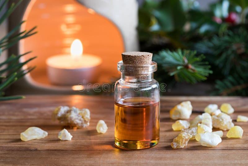 Ένα μπουκάλι frankincense του ουσιαστικού πετρελαίου με frankincense το κρύσταλλο στοκ εικόνες