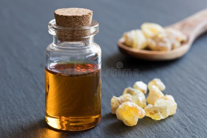 Ένα μπουκάλι frankincense του ουσιαστικού πετρελαίου με frankincense το κρύσταλλο στοκ εικόνες με δικαίωμα ελεύθερης χρήσης