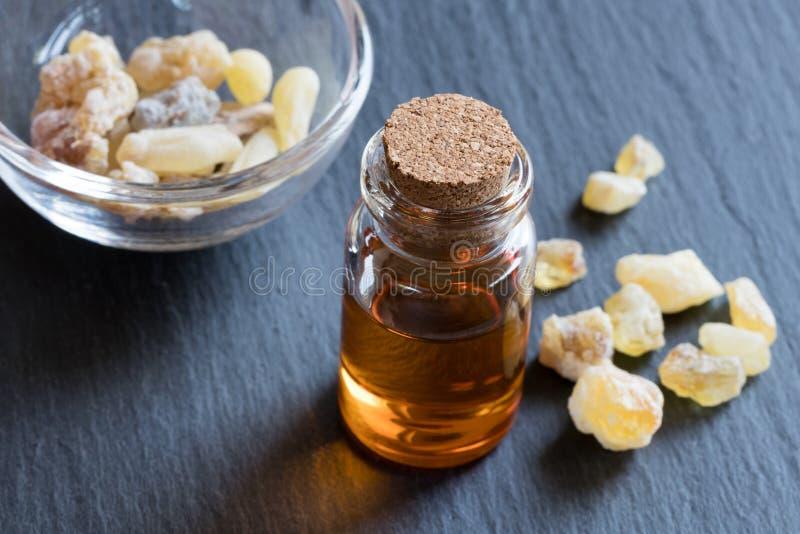 Ένα μπουκάλι frankincense του ουσιαστικού πετρελαίου με frankincense το κρύσταλλο στοκ εικόνα