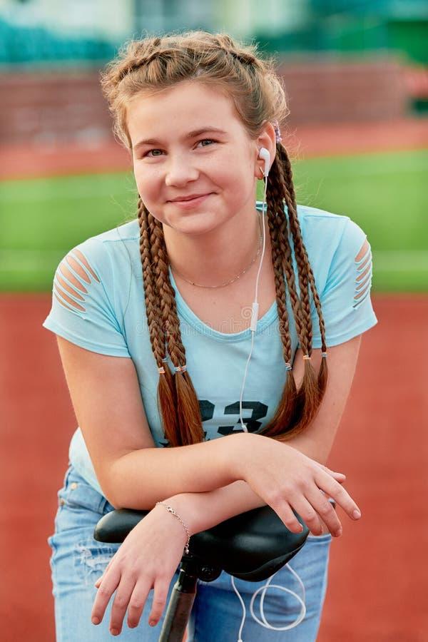 Ένα νέο έξυπνο κορίτσι αγαπά τον αθλητισμό Πορτρέτο κινηματογραφήσεων σε πρώτο πλάνο ενός έφηβη στοκ εικόνες