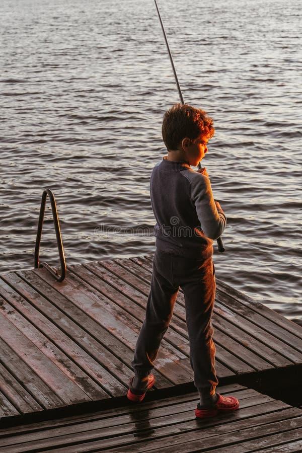 Ένα νέο αγόρι αλιεύει στοκ φωτογραφία με δικαίωμα ελεύθερης χρήσης
