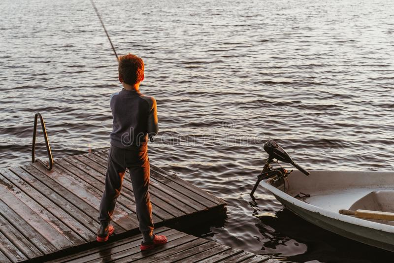Ένα νέο αγόρι αλιεύει στοκ εικόνες