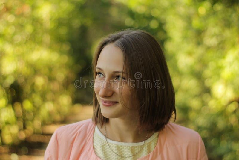 Ένα νέο ευτυχές χαμογελώντας κορίτσι στοκ φωτογραφία