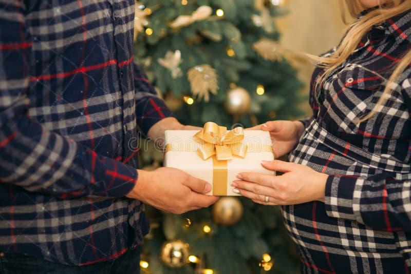 Ένα νέο ζεύγος κρατά ένα παρόν Δώρα διάθεσης και διακοπών Χριστουγέννων στοκ φωτογραφία