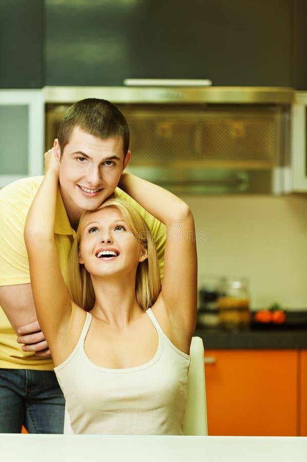 Ένα νέο ζεύγος στην κουζίνα στοκ φωτογραφίες με δικαίωμα ελεύθερης χρήσης