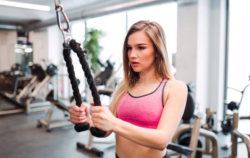 Ένα νέο κορίτσι ή μια γυναίκα που κάνει τη δύναμη workout σε μια γυμναστική στοκ φωτογραφίες με δικαίωμα ελεύθερης χρήσης