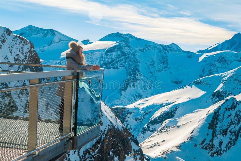 Ένα νέο κορίτσι εξετάζει τα βουνά και τη στήριξη στοκ φωτογραφίες