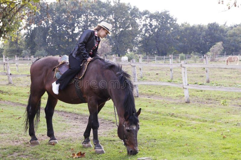 Ένα νέο κορίτσι με ένα άλογο στοκ εικόνες με δικαίωμα ελεύθερης χρήσης