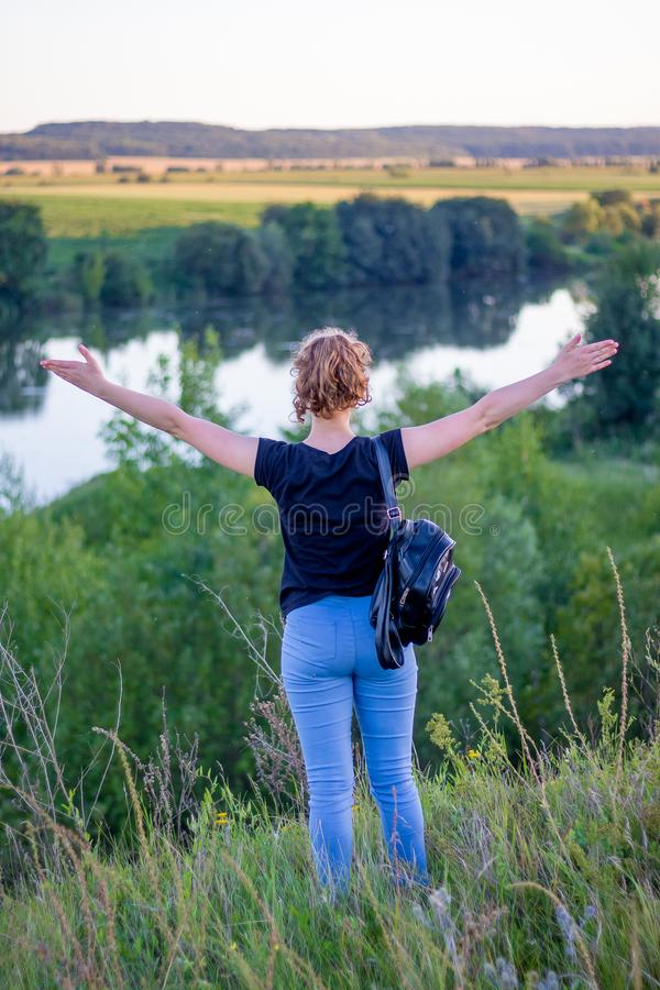 Ένα νέο κορίτσι με αυξημένος επάνω στα χέρια του που απολαμβάνουν την ενότητα με το natu στοκ φωτογραφία με δικαίωμα ελεύθερης χρήσης