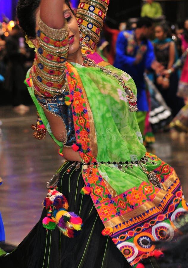 Ένα νέο κορίτσι που απολαμβάνει το ινδό φεστιβάλ της φθοράς Navratri Garba παραδοσιακής καταναλώνει στοκ εικόνες