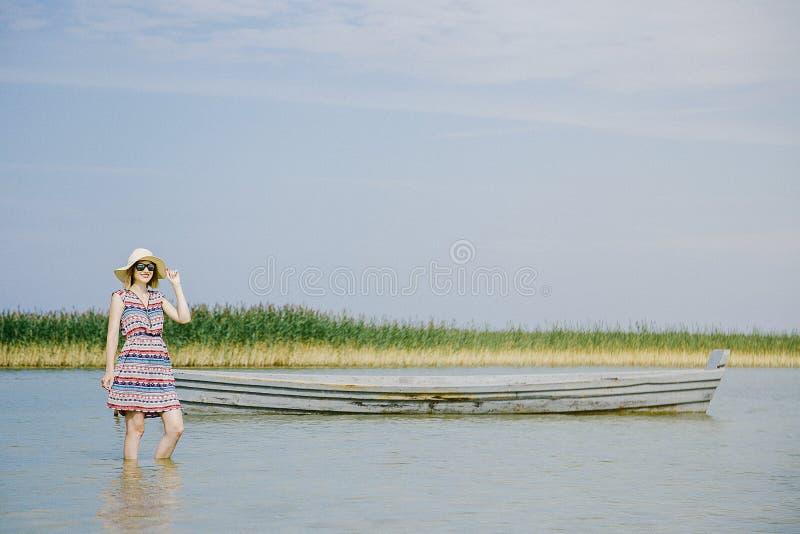Ένα νέο κορίτσι σε μια ηλιόλουστη ημέρα στοκ φωτογραφίες