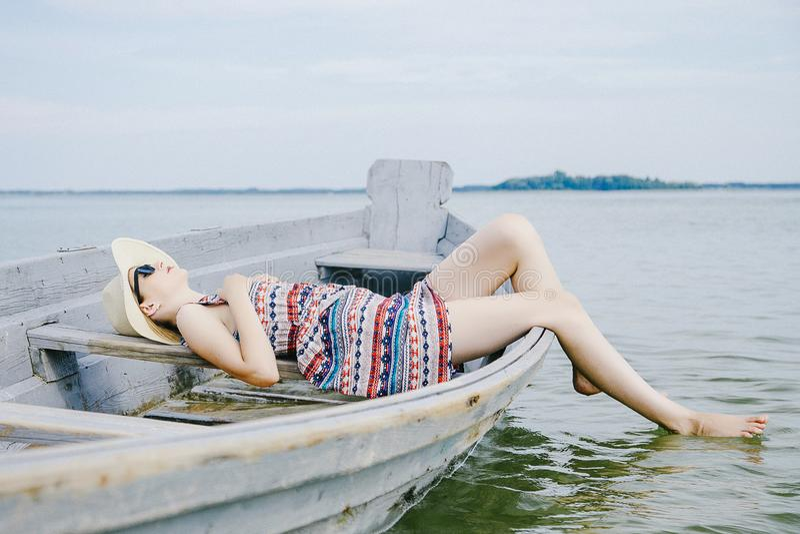 Ένα νέο κορίτσι σε μια ηλιόλουστη ημέρα στοκ εικόνες