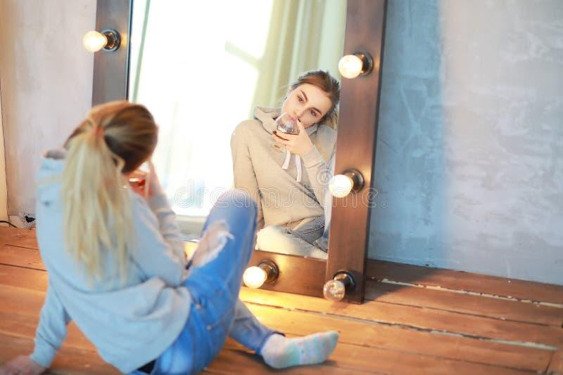 Ένα νέο κορίτσι στηρίζεται σε ένα άνετο δωμάτιο στοκ εικόνες με δικαίωμα ελεύθερης χρήσης