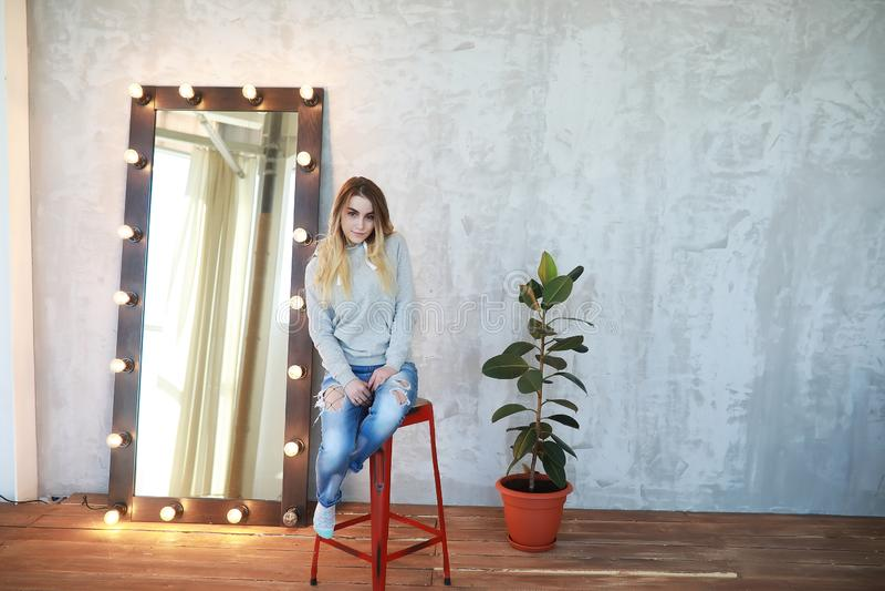 Ένα νέο κορίτσι στηρίζεται σε ένα άνετο δωμάτιο στοκ φωτογραφία με δικαίωμα ελεύθερης χρήσης