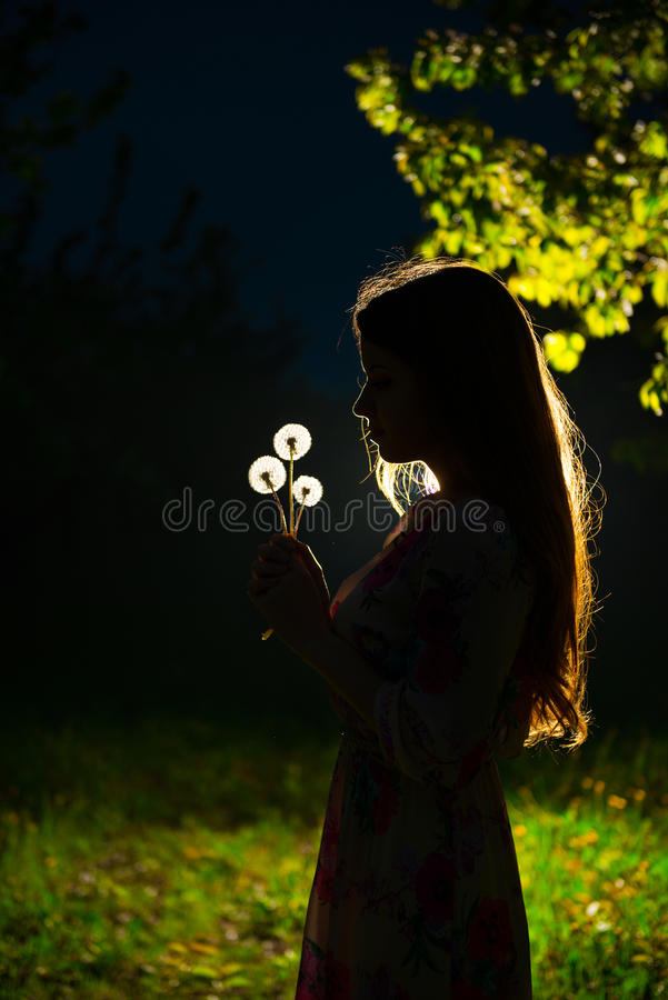 Ένα νέο κορίτσι στον κήπο νύχτας στοκ φωτογραφίες