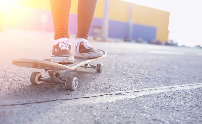 Ένα νέο κορίτσι hipster οδηγά skateboard Φίλες φ κοριτσιών στοκ φωτογραφία με δικαίωμα ελεύθερης χρήσης