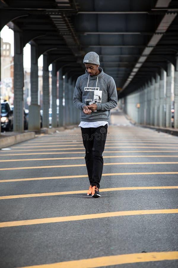 Ένα νέο, μαύρο hipster θέτει για μια ειλικρινή φωτογραφία σε NYC στοκ φωτογραφίες με δικαίωμα ελεύθερης χρήσης