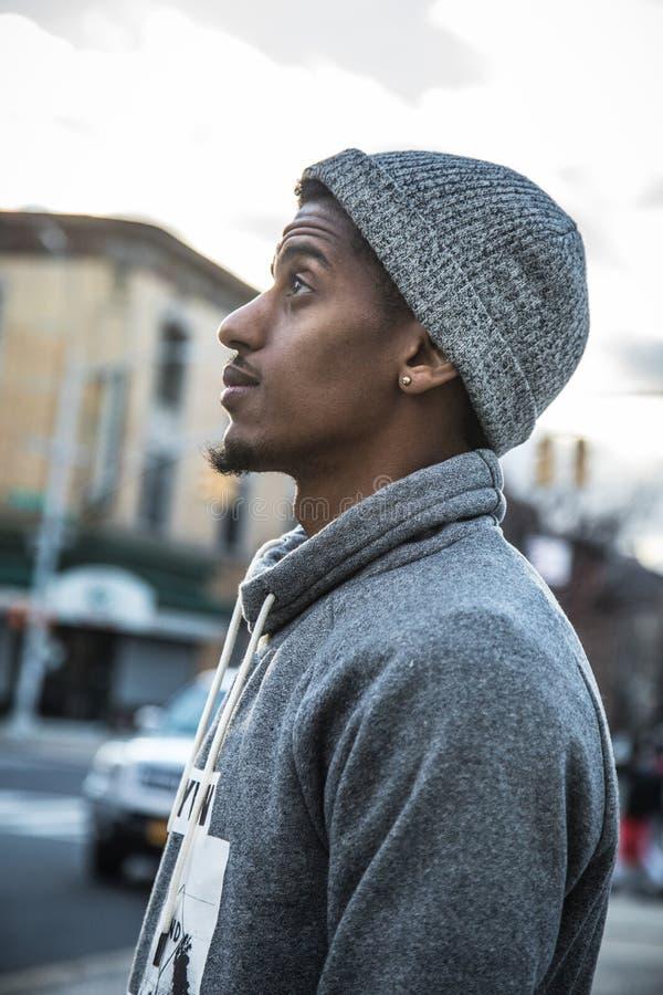 Ένα νέο, μαύρο hipster θέτει για μια ειλικρινή φωτογραφία σε NYC στοκ εικόνες