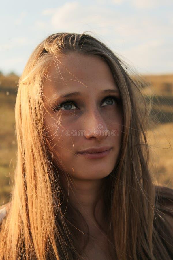 Ένα νέο όμορφο κορίτσι που ανατρέχει στοκ φωτογραφία