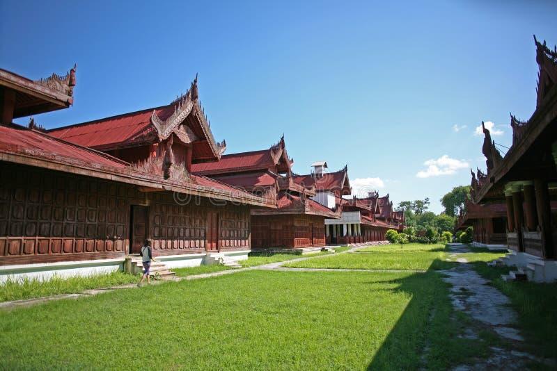 Ένα νέο backpacker περπατά εκτός από τα όμορφα ιστορικά ξύλινα κτήρια μέσα στο κεντρικό παλάτι σύνθετο του Mandalay citade στοκ εικόνες με δικαίωμα ελεύθερης χρήσης