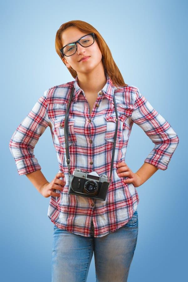 Ένα νέο hipstergirl με τη κάμερα στοκ φωτογραφίες με δικαίωμα ελεύθερης χρήσης