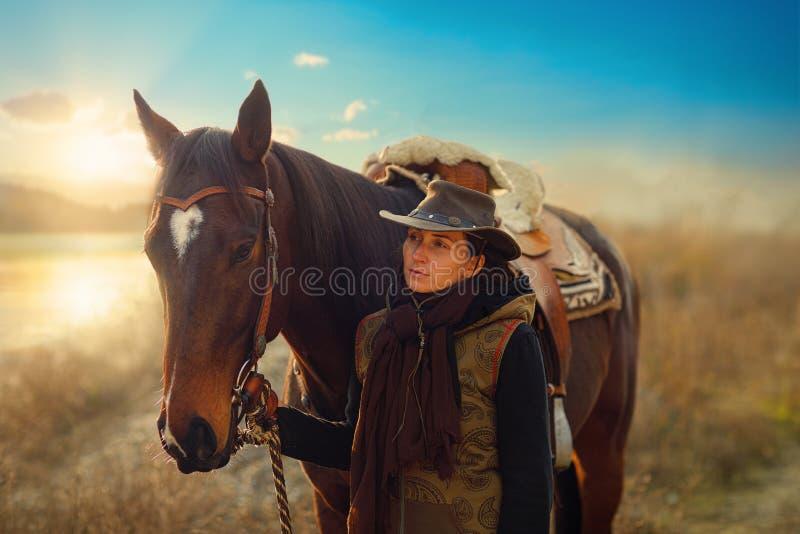 Ένα νεαρό όμορφο κορίτσι έξω με το αληθινό της άλογο στοκ εικόνα