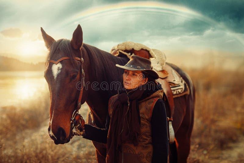 Ένα νεαρό όμορφο κορίτσι έξω με το αληθινό της άλογο στοκ φωτογραφίες με δικαίωμα ελεύθερης χρήσης