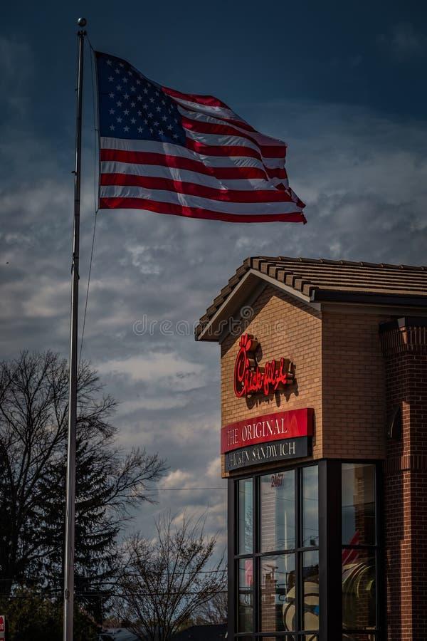 Ένα νεοσσός-fil-εστιατόριο εξωτερικό με την ΑΜΕΡΙΚΑΝΙΚΗ σημαία στοκ εικόνα με δικαίωμα ελεύθερης χρήσης
