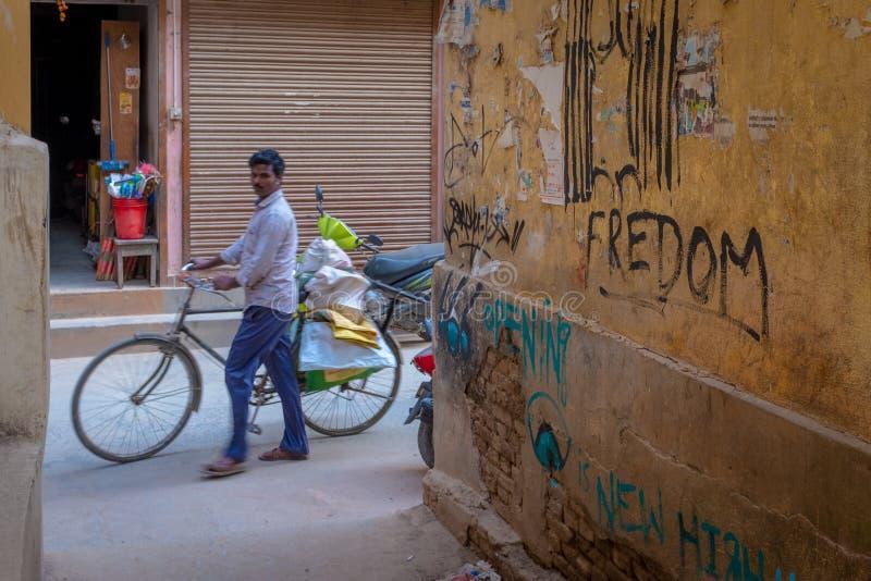 Ένα νεπαλικό ινδικό άτομο που ωθεί το ποδήλατό του στοκ εικόνες με δικαίωμα ελεύθερης χρήσης