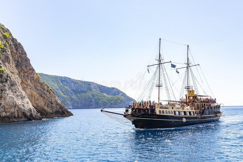 Ένα ντεμοντέ επιβατηγό πλοίο πλησιάζει μια από τις πολλές παραλίες κατά μήκος του νησιού της Ζάκυνθου, Ελλάδα στοκ εικόνες με δικαίωμα ελεύθερης χρήσης