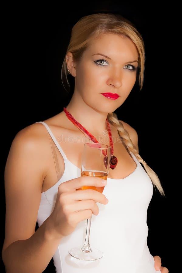 Ένα ξανθό κορίτσι με ένα ποτήρι της σαμπάνιας   στοκ εικόνες