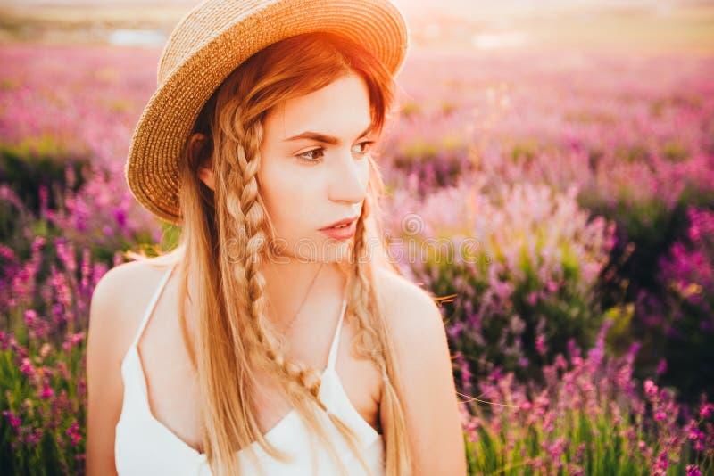 Ένα ξανθό κορίτσι χίπηδων σε ένα καπέλο αχύρου στοκ εικόνες