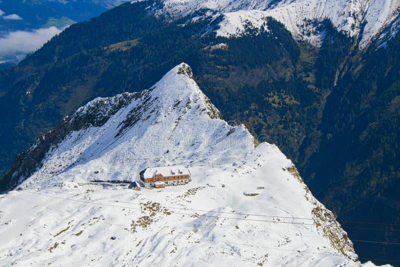 ένα ξενοδοχείο στα βουνά στο χειμερινό χρονόμετρο στοκ εικόνες