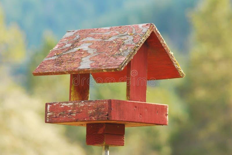 Ένα ξεπερασμένο, αγροτικό Birdhouse στοκ φωτογραφία