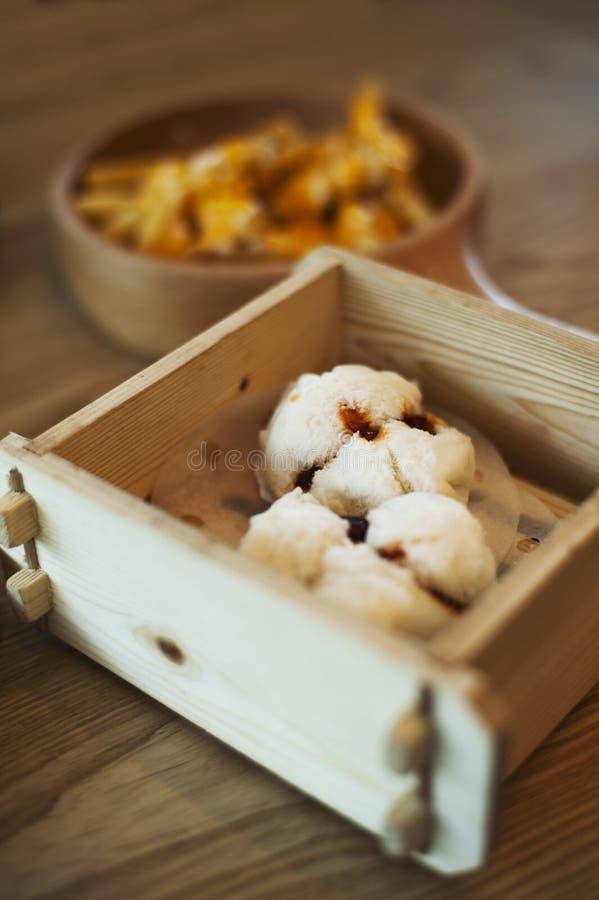 Ένα ξύλινο καλάθι που κρατά δύο εύγευστα BBQ κουλούρια χοιρινού κρέατος στοκ εικόνες