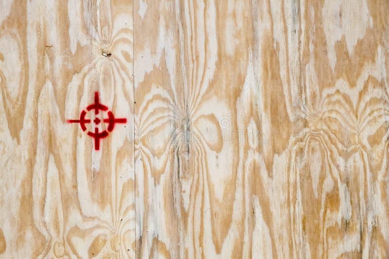 Ένα ξύλινο κλουβί συσκευασίας με τα διάφορα σύμβολα συσκευασίας στοκ εικόνα με δικαίωμα ελεύθερης χρήσης