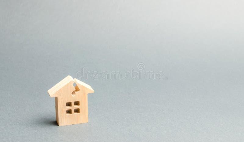 Ένα ξύλινο σπίτι με μια ρωγμή Η έννοια ενός χαλασμένου σπιτιού, κατοικία Εγχώρια επισκευή μετά από την καταστροφή Ανακαίνιση, στοκ εικόνες