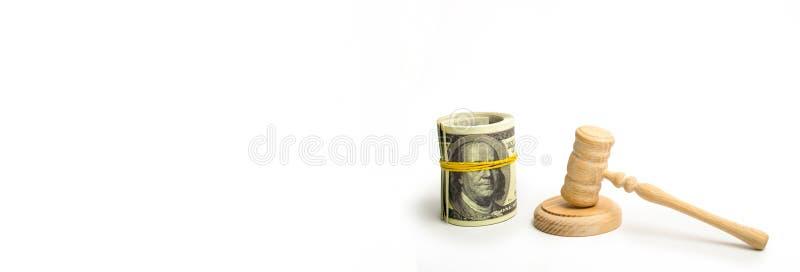 Ένα ξύλινο σφυρί δικαστών και μια συσσωρευμένη δέσμη των δολαρίων σε ένα άσπρο υπόβαθρο Τα μάτια του Franklin ` s στο τραπεζογραμ στοκ φωτογραφία
