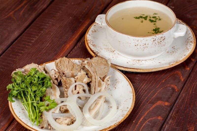 Ένα ορεκτικό πιάτο κρέατος με τη σούπα, που σχεδιάζεται υπέροχα με τα λαχανικά στοκ φωτογραφία με δικαίωμα ελεύθερης χρήσης