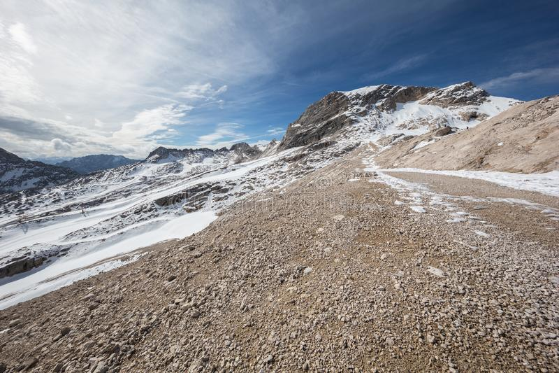Ένα οροπέδιο με το χιόνι και το αμμοχάλικο στοκ φωτογραφίες