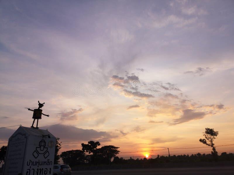 Ένα ορόσημο ήταν κοντά στο δρόμο κατά τη διάρκεια της δύσης του ήλιου, Sin Buri Thailand στοκ φωτογραφία