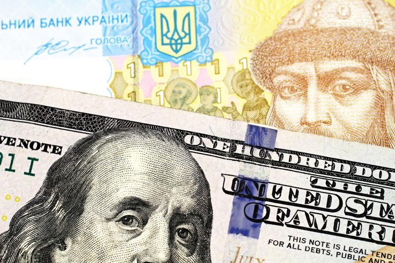 Ένα ένα ουκρανικό τραπεζογραμμάτιο hryvnia με έναν αμερικανικό λογαριασμ στοκ φωτογραφία με δικαίωμα ελεύθερης χρήσης