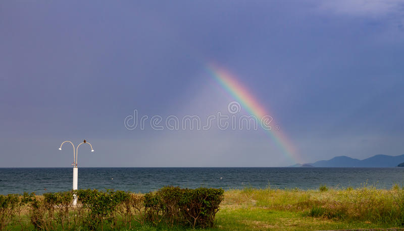 Ένα ουράνιο τόξο πέρα από τη θάλασσα στοκ φωτογραφίες