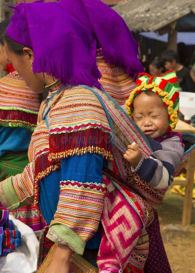 Ένα λουλούδι hmong και το μωρό της στην αγορά Σαββατοκύριακου ΤΣΕ εκτάριο στοκ φωτογραφίες
