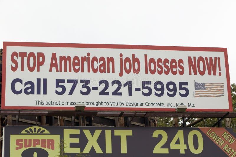 Ένα οδικό σημάδι προειδοποιεί για τις αμερικανικές απώλειες δουλειάς στην εθνική οδό 44 στη κομητεία Crawford, Μισσούρι στοκ φωτογραφίες